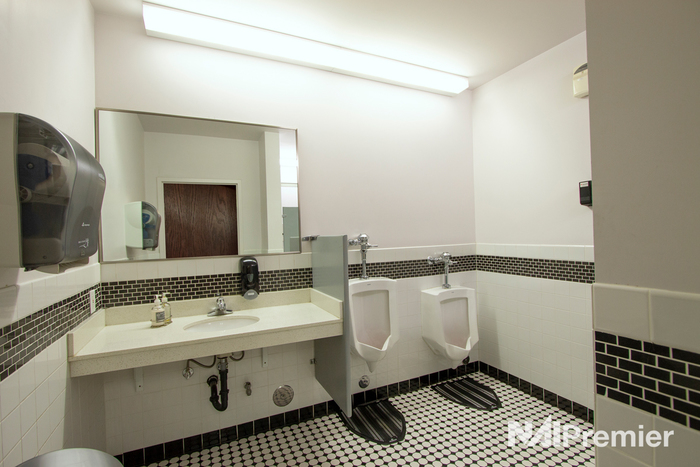 4376-s-700-e-1stfloor-bathroom